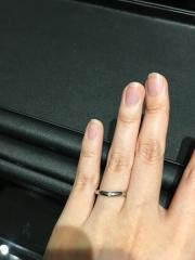 【エクセルコダイヤモンド(EXELCO DIAMOND)の口コミ】 シンプルな指輪ですが、他のものをつけた時よりも指が細く長く、綺麗に見え…