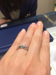 【銀座ダイヤモンドシライシの口コミ】 シンプルですが可愛らしさがあり、花束をモチーフとしていて指輪の全体的な…