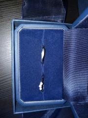 【銀座ダイヤモンドシライシの口コミ】 デザインの一目惚れでした。ダイヤが中心に3つ並んでいて豪華です。 店員…