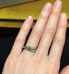 【HOSHI no SUNA 星の砂(ほしのすな)の口コミ】 婚約指輪と重ね付けをしたときでも、綺麗に見えるデザインを探していました…