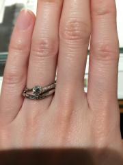 【銀座ダイヤモンドシライシの口コミ】 購入済みの婚約指輪と重ね付けした時も素敵な結婚指輪を探していました。 …