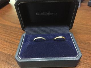 【銀座ダイヤモンドシライシの口コミ】 男性側の指輪はシンプルなデザインで、劣化の少ないプラチナ素材にしまし…