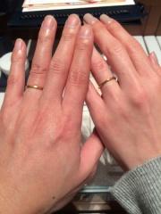 【銀座ダイヤモンドシライシの口コミ】 婚約指輪と合わせられるシンプルなゴールドの物が欲しくて、こちらに決めま…