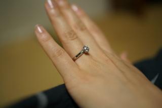 【エクセルコダイヤモンド(EXELCO DIAMOND)の口コミ】 彼女への婚約指輪を探している中でこの指輪にめぐり逢いました。 6つ爪が…