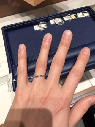 【銀座ダイヤモンドシライシの口コミ】 中指から小指までに傾斜がある私たちにとってはストレートタイプよりもひね…