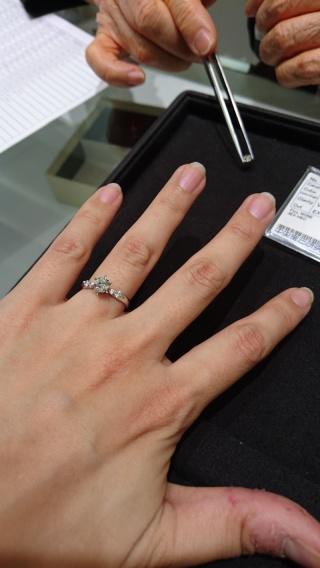 【タカラ貴宝(たからきほう)の口コミ】 真ん中に向けて絞られたデザインなので、真ん中のダイヤモンドが大きく見…