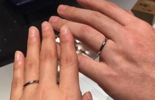 【銀座ダイヤモンドシライシの口コミ】 シンプルな形をしているもの、はめやすさ。 内側に誕生石を入れられる。 …