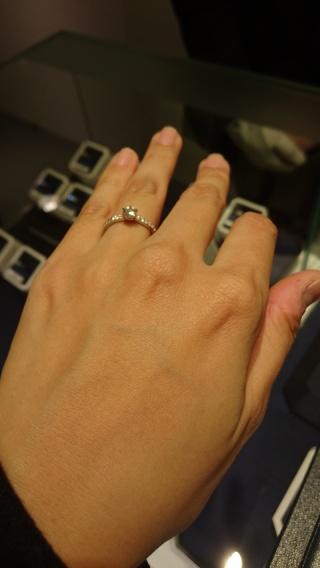 【ROYAL ASSCHER(ロイヤル・アッシャー)の口コミ】 ダイヤモンドが敷き詰められたエタニティデザインなので、人目を惹くゴージ…
