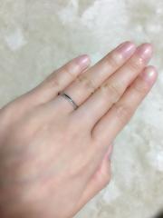 【ガラOKACHIMACHIの口コミ】 ストレートで細めのデザインです。 シンプルですが、半面にメレダイヤがつ…