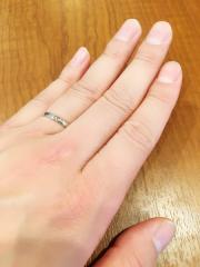 【ガラOKACHIMACHIの口コミ】 シンプルなストレートの指輪です。 いくつか試着しましたが、一番指にフィ…
