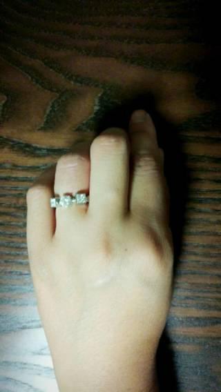 【ブルガリ(BVLGARI)の口コミ】 中央のダイヤの両サイドにパヴェダイヤがあり実際のカラット数以上にゴージ…