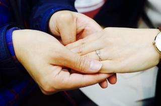 【カオキ ダイヤモンド専門卸直営店 の口コミ】 一番自分の指にはめて、鏡越しで見たときに綺麗だったので、この指輪に決…