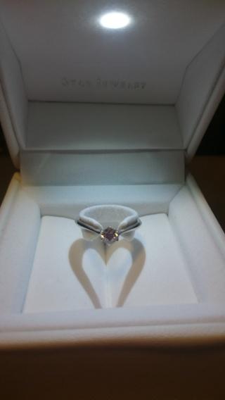 【スタージュエリー(STAR JEWELRY)の口コミ】 色々な指輪を試着してみたところ、リングの形は、正面部分が下にカーブした…