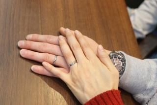 【アトリエミラネーゼの口コミ】 シンプルなデザインですが、V字型で指が長く見える効果があり、ダイヤも…