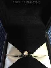 【エクセルコダイヤモンド(EXELCO DIAMOND)の口コミ】 一粒ダイヤで主張しすぎないシンプルな婚約指輪を私が以前から希望していた…