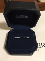 【ROYAL ASSCHER(ロイヤル・アッシャー)の口コミ】 シンプルで長年着けていても飽きないであろうデザイン、新婦の指輪はシンプ…