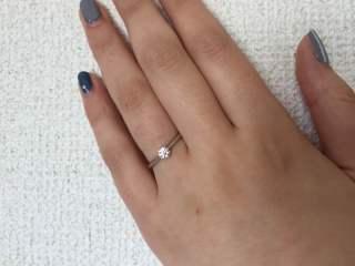 【ラザール ダイヤモンド(LAZARE DIAMOND)の口コミ】 シンプルでありながら、ダイヤモンドを輝かせるための光を取り込む穴があり…