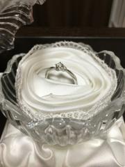【4℃(ヨンドシー)の口コミ】 こちらの婚約指輪はシンプルだけど、大小のダイヤが2つついていてとてもか…