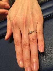 【銀座ダイヤモンドシライシの口コミ】 一粒のダイヤなので、ダイヤモンドが際立つシンプルデザインです。 予算内…