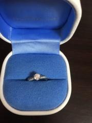 【銀座ダイヤモンドシライシの口コミ】 ウエーブがかかっていて、指が長く見えます。 適度な太さで、細めの指です…