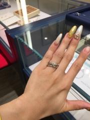 【銀座ダイヤモンドシライシの口コミ】 結婚指輪一本でもしっかりと存在感を感じる太さがあります。 太いけれども…