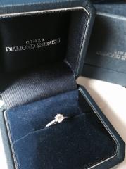 【銀座ダイヤモンドシライシの口コミ】 この指輪は横から見ても綺麗な形をしており、とても気に入りました。 シン…