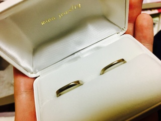 【mina.jewelry(ミナジュエリー)の口コミ】 初めて四角の指輪を知って指にはめた時の付け心地が忘れられず、付けた瞬…