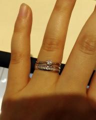 【MISS MONT ROND(ミスモントロンド)の口コミ】 本当はゴールドが良かったのですが、この婚約指輪のデザインに一目惚れしま…
