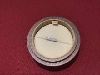 【COLANY(コラニー)の口コミ】 彼と一緒に選びました。 シンプルな婚約指輪よりも出かけるときにも結婚指…
