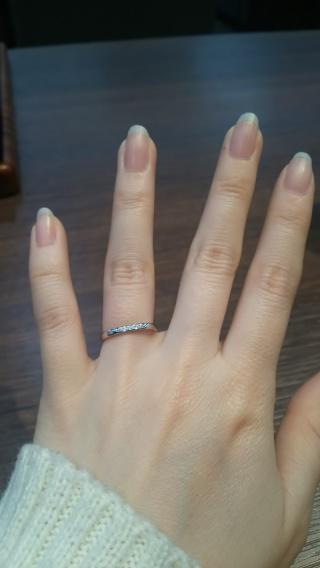 【アトリエミラネーゼの口コミ】 細身の指輪が良いということと、また婚約指輪がシンプルであったため、ダイ…