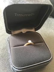 【ティファニー(Tiffany & Co.)の口コミ】 ティファニーセッティングが、ザ、婚約指輪という感じがしたので、見た目…