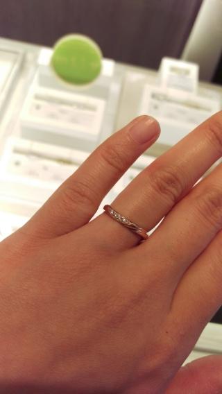 【JEWELRY  KAMATA(ジュエリーかまた)の口コミ】 私の手の場合、小指が下がっているので、真っ直ぐな形状の指輪だと小指側が…