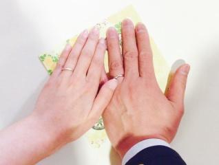 【アトリエミラネーゼの口コミ】 女性用は婚約指輪と重ねて着けれるものが良かったので、ウェーブした形の…
