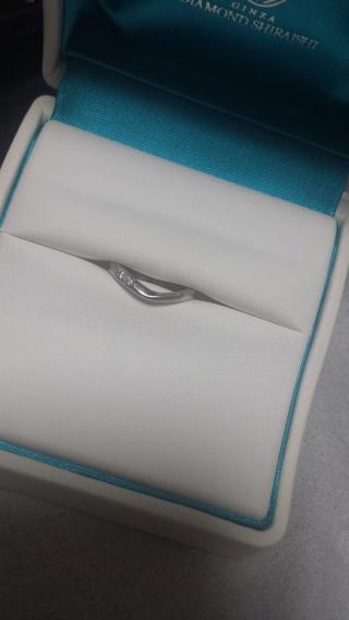 【銀座ダイヤモンドシライシの口コミ】 指が短いのが悩みで、Vラインのものを選びました。 ダイヤが二つ小さいも…