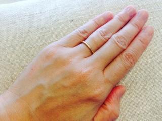 【AHKAH(アーカー)の口コミ】 華奢でシンプルなデザインながら、側面にプチダイヤが入っていて、  身に…