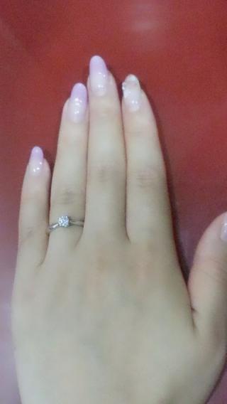【アイプリモ(I-PRIMO)の口コミ】 ザ!婚約指輪!!という感じの見た目が決め手です。  一粒真ん中にダイヤ…