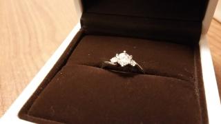 【アイプリモ(I-PRIMO)の口コミ】 ダイヤが1つだけではないところです。中央の大きなダイヤ以外に、両脇に2…