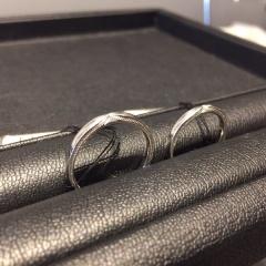 【エクセルコダイヤモンド(EXELCO DIAMOND)の口コミ】 側面のミル打ちが、つけてる人からは見えないシンプルなデザインですが、周…