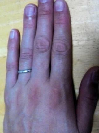 【4℃(ヨンドシー)の口コミ】 結婚指輪はシンプルなものがよいと決めていました。指輪がつけられる状況…