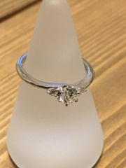 【銀座ダイヤモンドシライシの口コミ】 本物の気品と着け心地で、彼女がとても気に入り購入しました。初めは他のお…