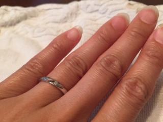 【アイプリモ(I-PRIMO)の口コミ】 指輪の中央に小さめダイヤモンドが一粒あり、余計な装飾を施していないシ…