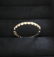 【スタージュエリー(STAR JEWELRY)の口コミ】 あまり普通の結婚指輪のデザインのものが好きでなく、エタニティタイプで普…