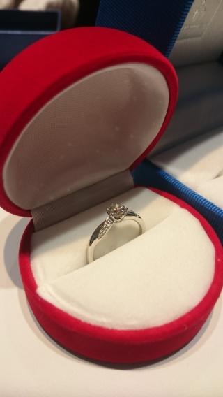 【ガラOKACHIMACHIの口コミ】 センターダイヤの横でキラキラと輝くメレダイヤが非常に印象的で、しかしそ…