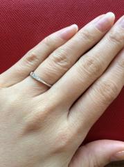 【銀座ダイヤモンドシライシの口コミ】 軽くて、他にないしっくり感があり、カーブが指のななめにもそって、キレイ…