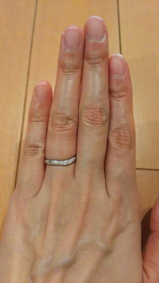 【ROYAL ASSCHER(ロイヤル・アッシャー)の口コミ】 まず、v字かu字のウェーブになっていて、小さなダイヤモンドがついている…