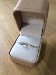 【AMOUR AMULET(アムール・アミュレット)の口コミ】 自分好みのシンプルですがキレイなデザインに惚れました。婚約指輪の方の曲…
