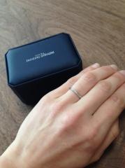 【銀座ダイヤモンドシライシの口コミ】 先に婚約指輪を購入しており、その指輪と合わせて着けて違和感のない指輪…