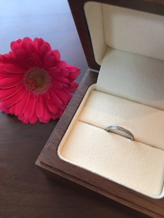 【Ponte Vecchio(ポンテヴェキオ)の口コミ】 婚約指輪指輪がシンプルなデザインだった為、重ねてつけた時に結婚指輪でゴ…