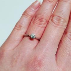 【俄(にわか)の口コミ】 細いリングを探して、一目惚れしました。一粒ダイヤが映える繊細で上品なデ…