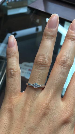 【カオキ ダイヤモンド専門卸直営店の口コミ】 メレダイヤが豪華さを出し、またミル打ちが華やかさを出している点が気に…